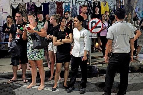 Du khách và nhân viên khách sạn ởDenpasar, thủ phủ đảo Bali bỏ chạy ra đường tối qua. Ảnh: AFP.