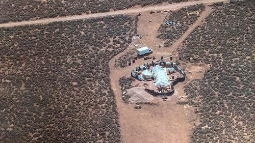 Nhóm trẻ em được tìm thấy tại một khu nhà tồi tàn nằmở một vùng sa mạc xa xôi củabang New Mexico.Ảnh:Taos County Sheriffs Office