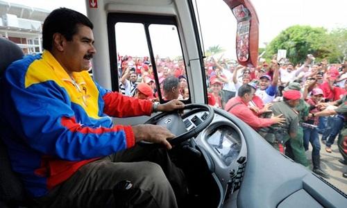 Maduro lái xe buýt vận động tranh cử hồi năm 2013. Ảnh: AFP.