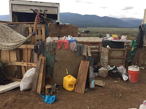 Cảnh nhem nhuốc, bẩn thỉu tại khu nhà.Ảnh:Taos County Sheriffs Office