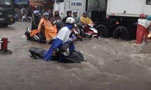 Mưa lớn, nước cuốn trôi xe máy giữa trung tâm Đồng Nai