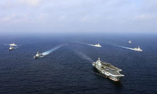 Tàu sân bay Liêu Ninh của Trung Quốc được các chiến hạm hộ tống trong một cuộc diễn tập trên Biển Đôngvào tháng 4/2018. Ảnh: AFP.