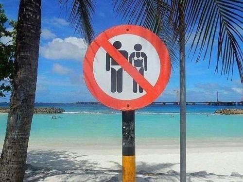 Cấm mặc bikini ở biển.