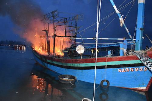 Hiện trường tàu lúc đang cháy. Ảnh: Thanh Yên.