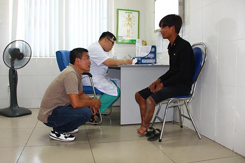 Anh Đặng Quang Toàn đưa Đao vào Đà Nẵng khám và phẫu thuật. Ảnh: NVCC