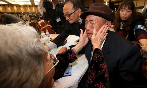 Ông Kim Bok-rak (phải) bật khóc khi gặp chị gái Kim Jeon-soon trong cuộc đoàn tụ ở núi Kumgang tháng 10/2015. Ảnh: Reuters.