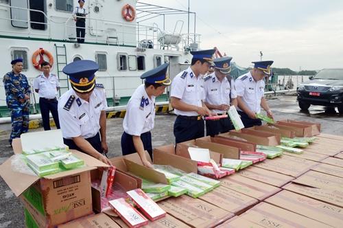 67.500 bao thuốc lá lậu bị thu giữ trên biển. Ảnh: Cảnh sát biển cung cấp