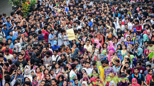 Hàng nghìn sinh viên và học sinhbiểu tình trên đường phố Bangladesh hôm 5/8. Ảnh: AFP.