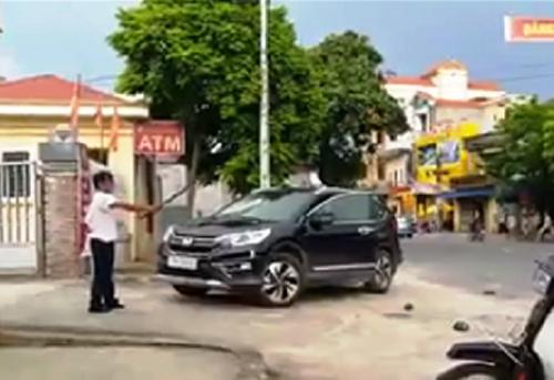 Ông Hồng cầm kiếm chém vàochiếc xe đậu trong chiều 3/8. Ảnhcắt từ video clip