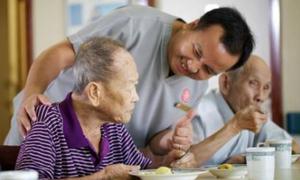 Cha mẹ Việt nên dành tiền để 'cậy con thiên hạ' lúc về già