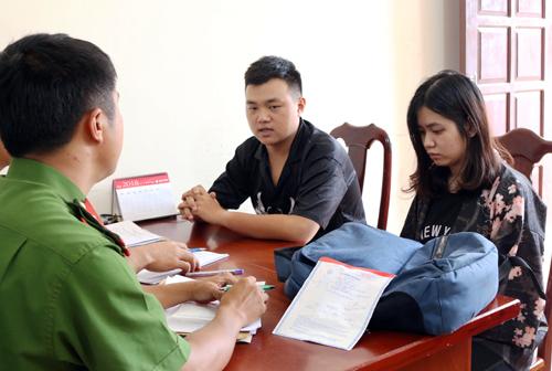 Kiên và Phương tại cơ quan điều tra. Ảnh: Nguyễn Hằng.