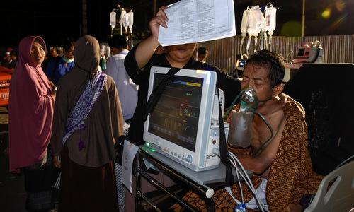 Một người bị thương được sơ tán ở bệnh viện thành phố Mataram đêm 5/8. Ảnh: Reuters.
