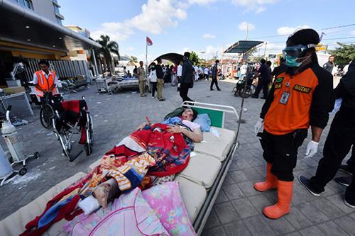 Các nạn nhân của trận động đất được điều trị ngoài bệnh viện Moh. Ruslan ở thành phốMataram, đảo Lombok sáng nay. Ảnh: AFP