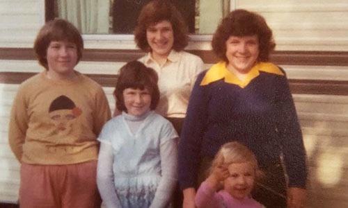 Joanna Wood, áo cổ vàng,ở tuổi 15, cùng 4 chị em gái, đứng trước ngôi nhà của gia đình. Ảnh: NVCC.