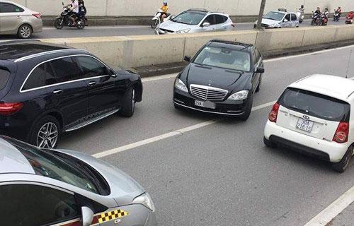 ChiếcMercedes chạy ngược chiều trong hầm chui Kim Liên. Ảnh: CTV