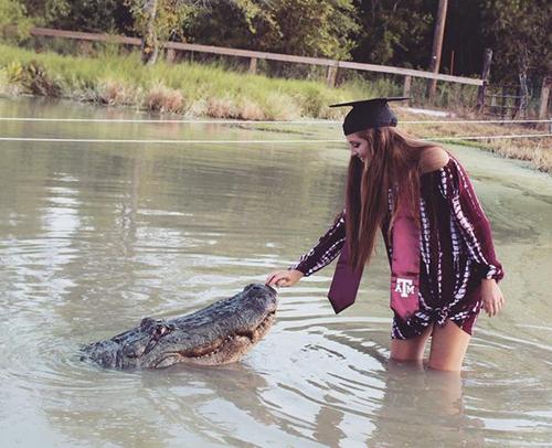 Noland chụp ảnh tốt nghiệp cùng con cá sấu Big Tex ởtrung tâm bảo tồn động vật Arlie Hammonds của quận Gator, bang Texas. Ảnh:Facebook