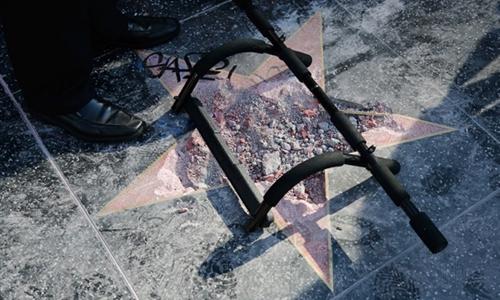 Ngôi sao trên Đại lộ Danh vọng Hollywood của Trump bị Austin Clay phá hoại bằng cuốc chim hôm 25/7. Ảnh: AFP.