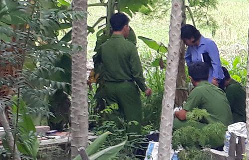 Cảnh sát khám nghiệm hiện trường, nơi phát hiện thi thể bé gái. Ảnh: Thanh Châu