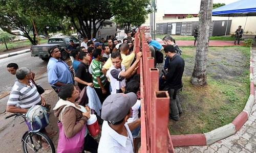 Người tị nạn Venezuela bên ngoài trại tị nạn Jarrdim Floresta ở bang Roraima, miền bắc Brazil hôm 3/5. Ảnh: AFP.