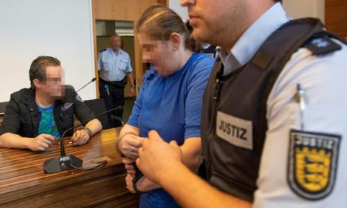 Berrin T (thứ hai từ phải sang) và Christian L (ngoài cùng bên trái) trong phiên tòa hôm 7/8. Ảnh: AFP.