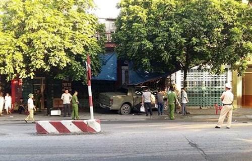 Chiếc xe bán tải chỉ dừng lại khi tông trúng nhà dân. Ảnh: CTV
