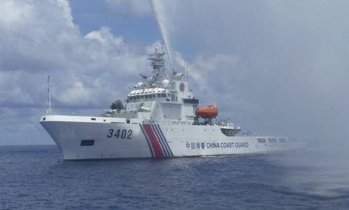 Tàu hải cảnh Trung Quốc đe dọa tàu cá Philippines hồi năm 2015. Ảnh: SCMP.