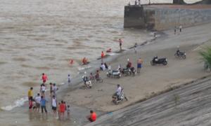 Nhiều bãi tắm mọc lên khi thủy điện Hòa Bình xả lũ