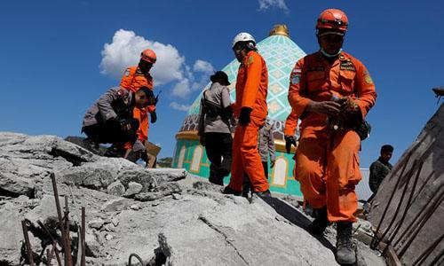 Lực lượng cứu hộ và binh sĩ Indonesia bên trên đống đổ nát của nhà thờ Hồi giáo ở đảo Lomboksau trận động đất ngày 5/8. Ảnh: Reuters.