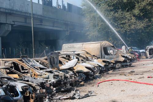Theo AP, sau khi nổ, bồn nhiên liệu rơi xuống một bãi đỗ xe ven đường, khiến ít nhất 10 ôtô phát hỏa trơ khung. Ảnh: AP.