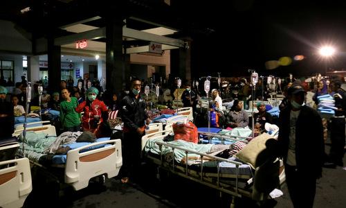 Bệnh nhân bên ngoài một bệnh viện công trên đảo Bali sau trận động đất hôm 5/8. Ảnh: Reuters.