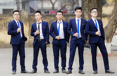Lưu Thanh (thứ hai bên phải) chụp ảnh kỷ yếu cùng bạn học ở Hà Nội. Ảnh: Nhân vật cung cấp.