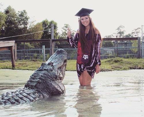 Noland chụp ảnh tốt nghiệp cùng con cá sấu Big Tex ởtrung tâm cứu hộArlie Hammonds của quận Gator, bang Texas