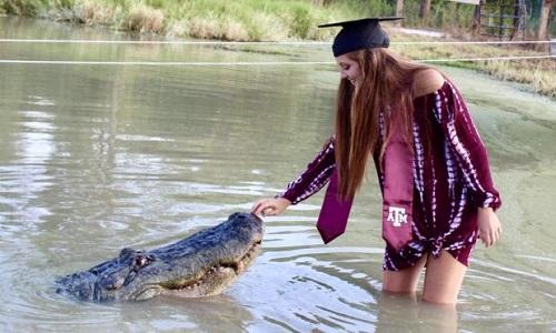 Ảnh tốt nghiệp củaMakenzie Noland cùng cá sấu. Ảnh:Makenzie Noland