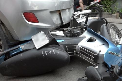 Ba xe máy dưới gầm ôtô. Ảnh: Sơn Hòa