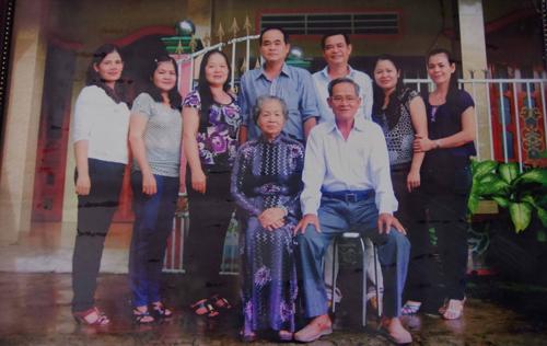 Bà Thậm (đứng thứ 2 từ trái sang) là thế hệ thứ 3 làm mắm tôm chà trong nhà. Ảnh: Hương Giang