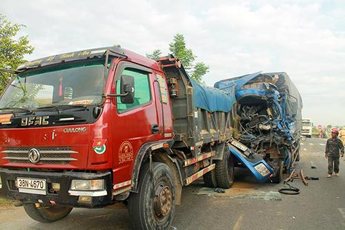 Xe tải biển Quảng Ngãi biến dạng sau tai nạn liên hoàn. Ảnh: Đ.H