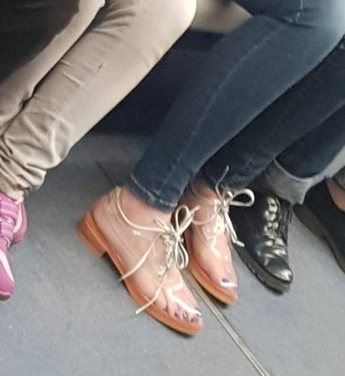 Giày xuyên thấu.