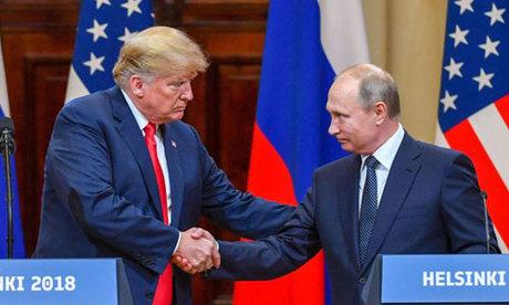 Putin (phải) bắt tay Trump trong họp báo sau cuộc họp thượng đỉnh hôm 16/7 ở Phần Lan. Ảnh: AFP.