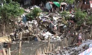 Rác thải ngập chân cầu Long Biên