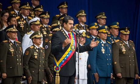 Tổng thống Venezuela Nicolas Maduro (đeo dải băng) phát biểu tại lễ diễu binh ở Caracas hôm 4/8. Ảnh: Reuters.