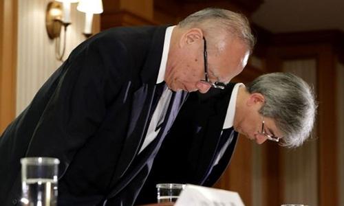 Các lãnh đạo Đại học Y Tokyo xin lỗi trong cuộc họp báo hôm 7/8. Ảnh: AFP.