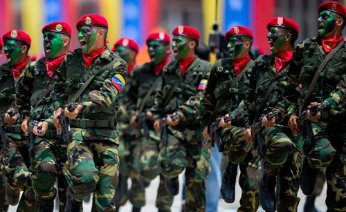 Các thành viên lực lượng vũ trang Venezuela trong một cuộc diễu binh. Ảnh: AFP.