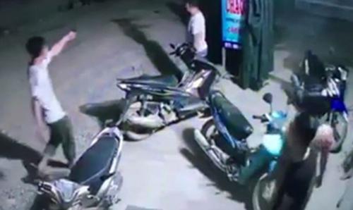 Hình ảnh ông Hưng nổ súng trong quán ăn đêm bị ghi hình. Ảnh cắt từ clip.