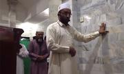 Giáo sĩ Indonesia bình thản cầu nguyện bất chấp động đất