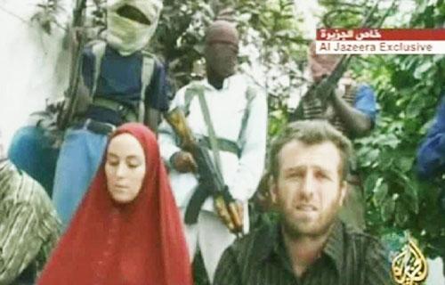 Amanda và Nigel xuất hiện trong video đòi tiền chuộc của nhóm bắt cóc ở Somalia năm 2008. Ảnh: Al Jazeera.