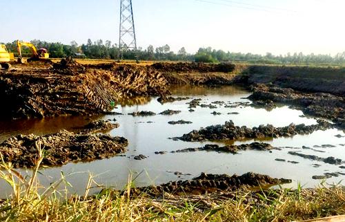 Một lượng lớn mặt đất ở xã An Xuyên bị khai thác trái quy định. Ảnh: Phúc Hưng.