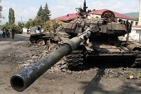 Xe tăng Gruzia bị phá hủy trên đường phố Tskhinvali hôm 11/9. Ảnh: AFP.