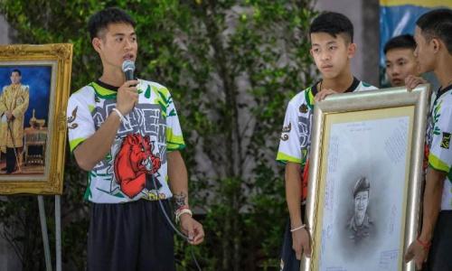 Huấn luyện viên đội bóng Lợn Hoang Ekkapol, trái và các thành viên. Ảnh: CNN.