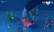 Giải thích thí nghiệm nhấc một tấm kính chỉ bằng cốc và giấy ăn