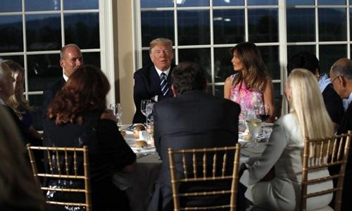Tổng thống Mỹ Donald Trump (khoanh tay) trong bữa tối với các lãnh đạo doanh nghiệp hôm 7/8. Ảnh: AP.